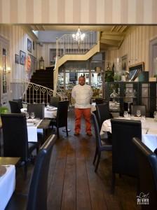 olivier absous dans son restaurant coté cuisine