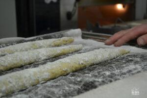 Frederic Hardy façonne ses baguettes à la main