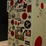 Le frigo avec quelques souvenirs des artistes passés